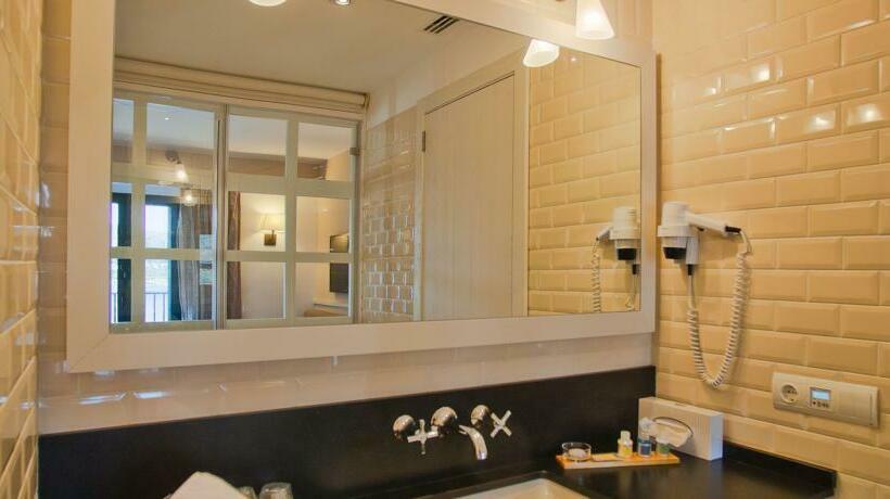 Bathroom Hotel Playa Sol Cadaques