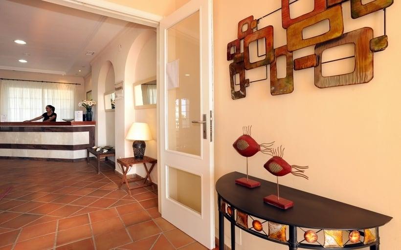 Front desk Apartamentos Leo San Bruno Isla Canela