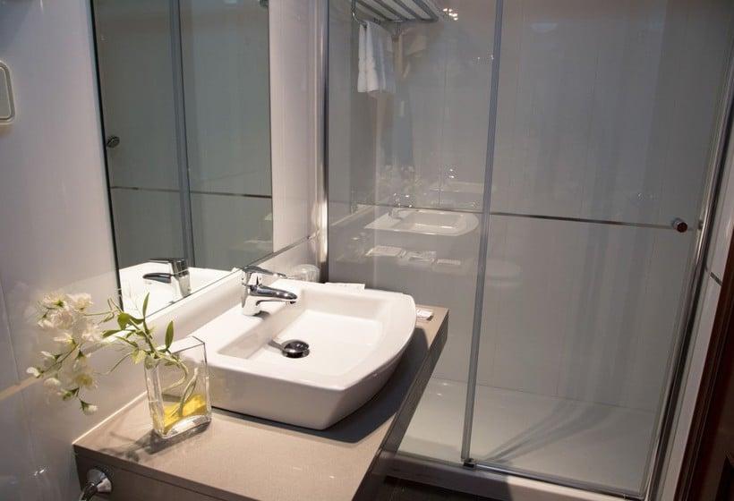 Bathroom Hotel Château La Roca Sancibrian