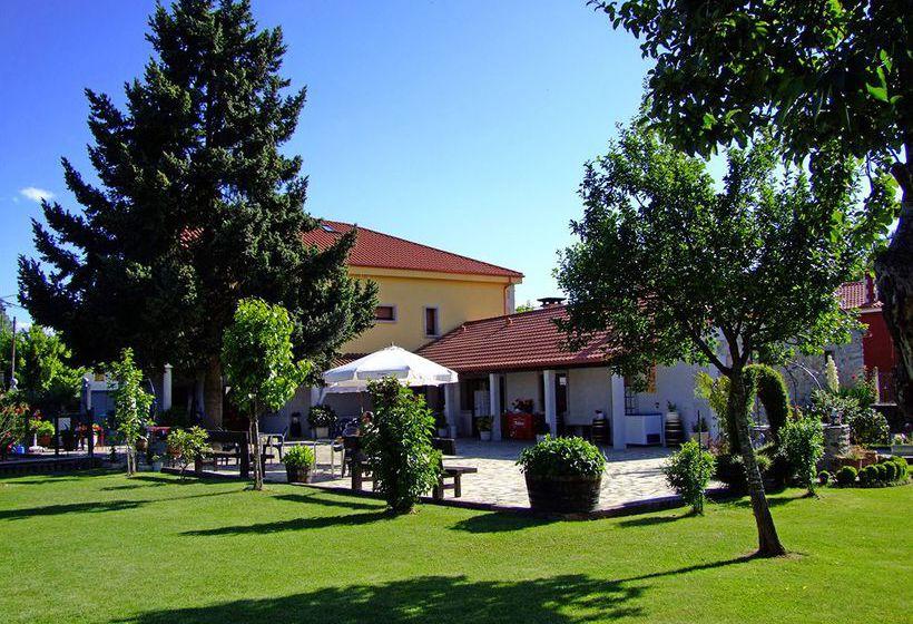 Casa reboiro en monforte de lemos desde 25 destinia for Piscina monforte de lemos